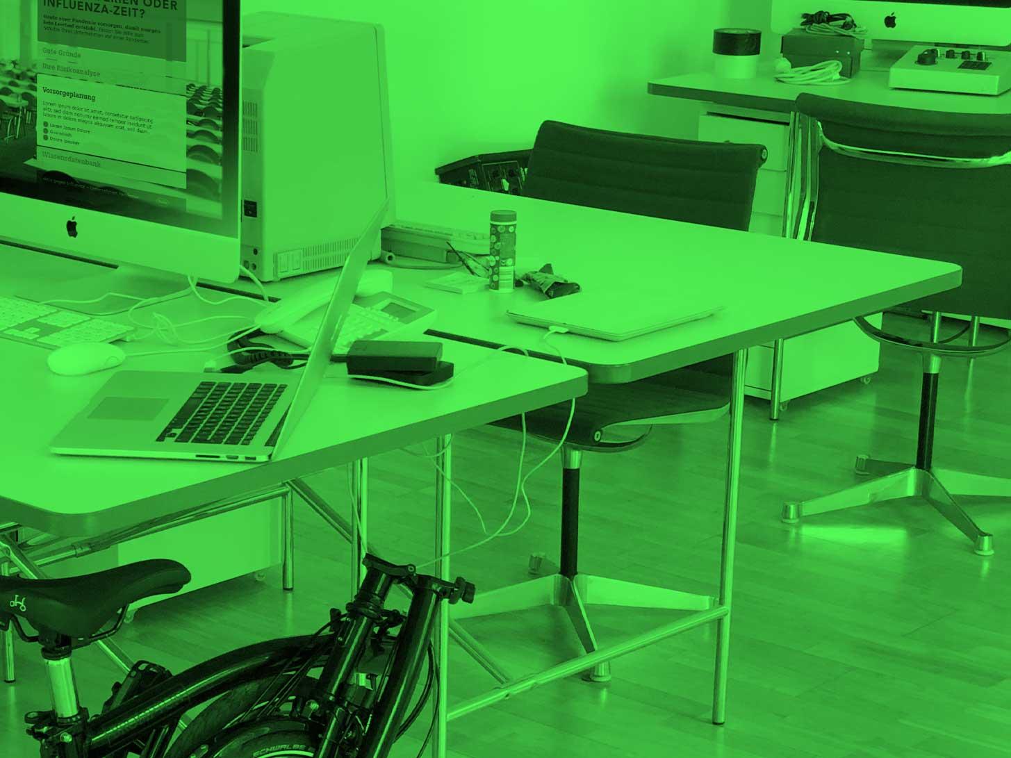 Mood Photo Office LOBO Design: Brompton, iMac, Macbook, Eames chairs, Eiermann tables, Moog Synthesizer, Seifenblasen